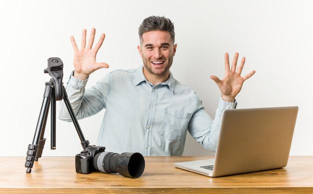 手で番号10を示す若いハンサムな写真の先生。