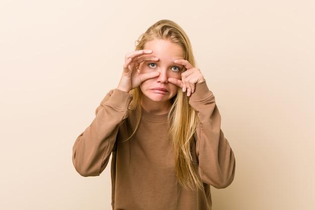 成功の機会を見つけるために目を開いたままのかわいい自然な10代女性