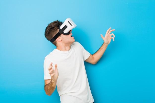 仮想現実の眼鏡を使用して10代の白人男性