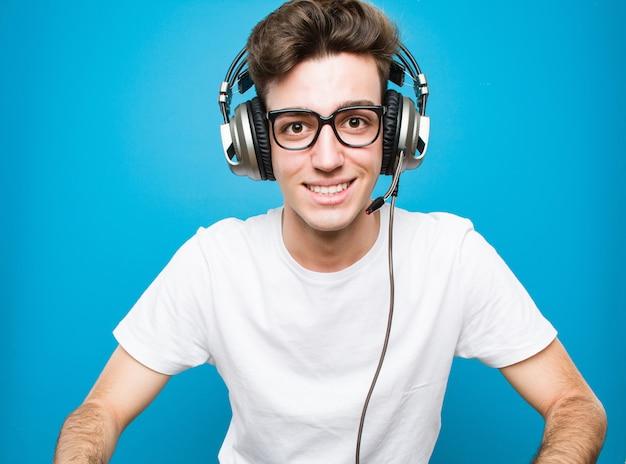 10代の白人男性がコンピューターゲームをプレイ