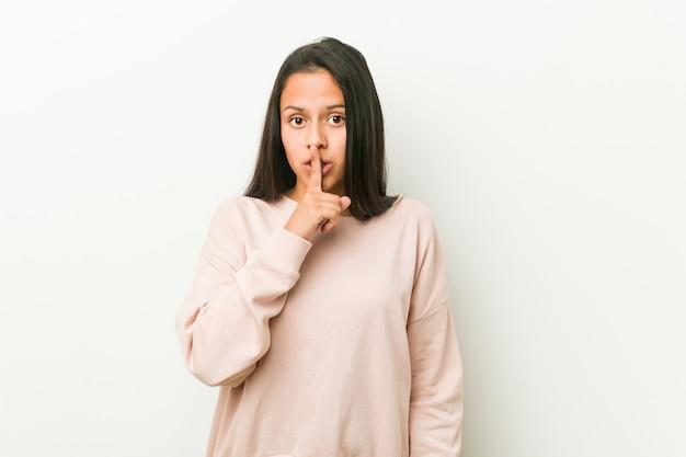 若いかわいいヒスパニック系10代女性の秘密を守るか、沈黙を求めます。