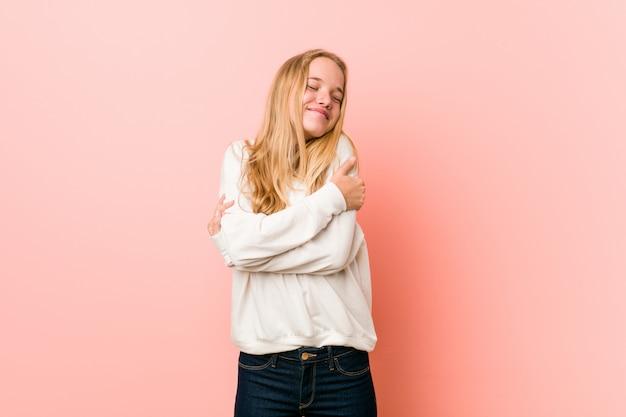 若い金髪の10代女性が抱擁、屈託のない、幸せな笑顔。