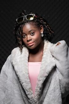 アフリカの10代女性日焼け肌黒アフロ髪