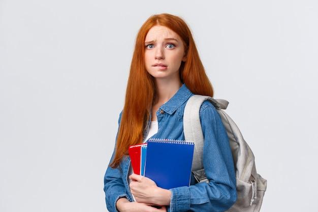 心配してかわいい、緊張した赤毛の10代の少女怖い両親はクラスをスキップするために彼女を叱る