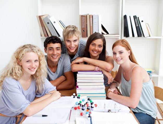 10代の若者たちが図書館で科学を勉強していること