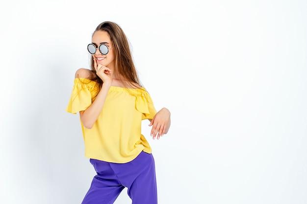 乱雑な髪のカジュアルな服でポーズをとって10代のモデル