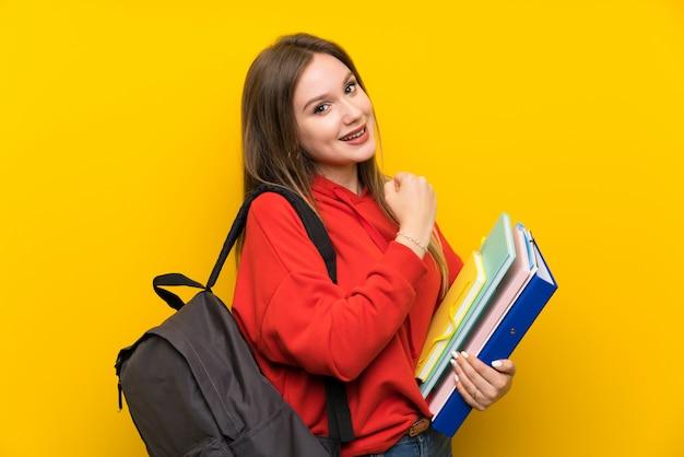 黄色の上の10代学生の女の子