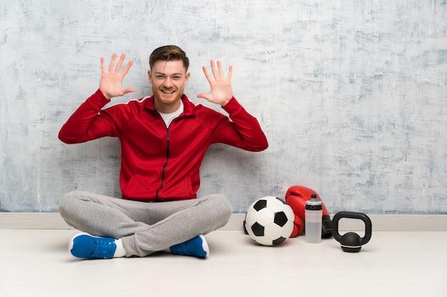 赤毛のスポーツ男の指で10を数える
