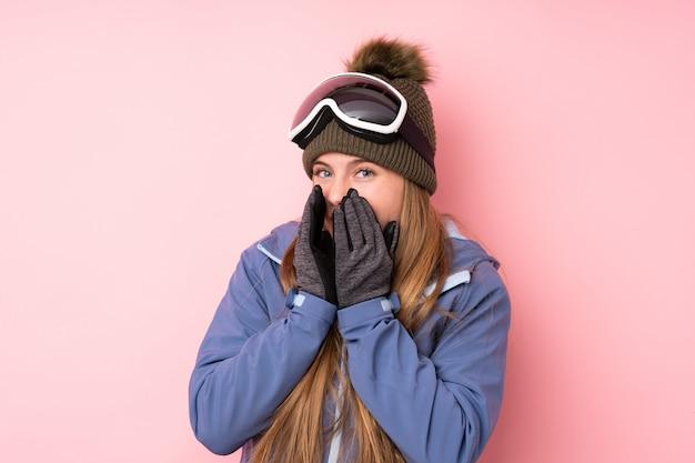 驚きの表情でスノーボードメガネ背景を持つスキーヤー10代の女の子