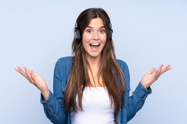 音楽を聴く10代のブラジルの女の子