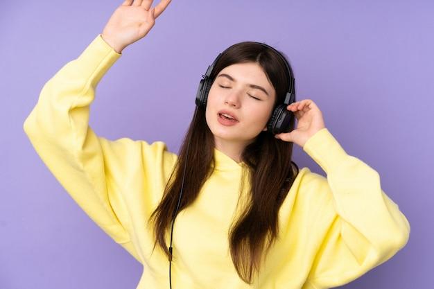 音楽を聴くと踊る若いウクライナ10代女性