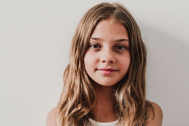 自宅で美しい10代の女の子の肖像画。窓際で見ています。幸福とライフスタイルのコンセプト