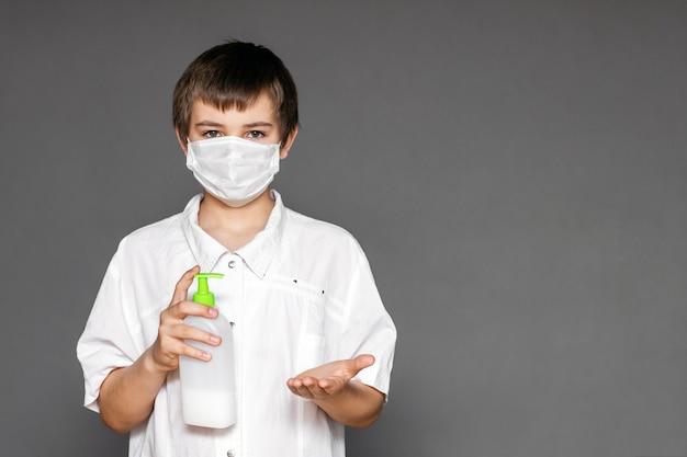 10代の若者は、コロナウイルスやインフルエンザの発生時に顔用マスクを着用しています。ウイルスや病気に対する保護。