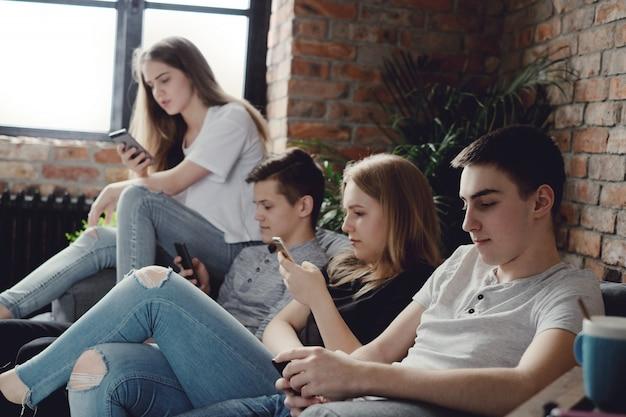 携帯電話を使用して携帯電話を使用する10代の若者
