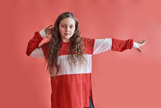 若い美しいかわいい女の子ダンス、モダンなスリムなヒップホップスタイルの10代の少女ジャンプ