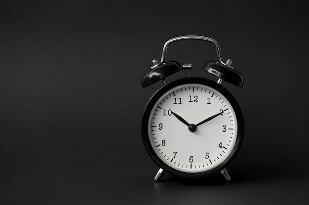Черный будильник показывает 10-часовой винтажный модерн