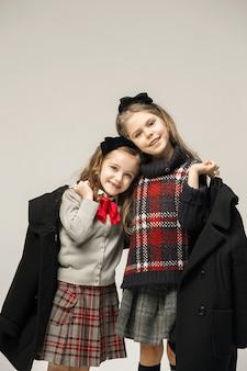 若い美しい10代の女の子のファッションポートレート
