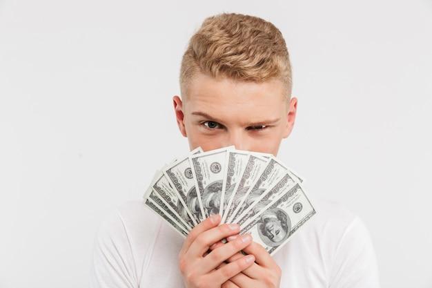 お金を入れる幸せな10代の少年のポートレート