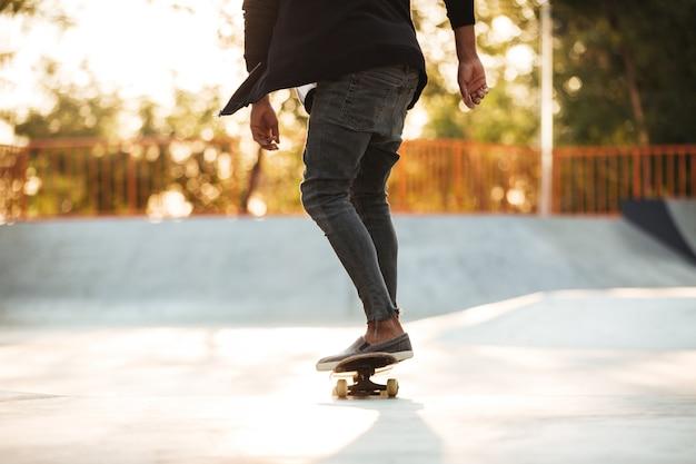 アクションで若い10代のスケートボーダーのトリミングされた画像