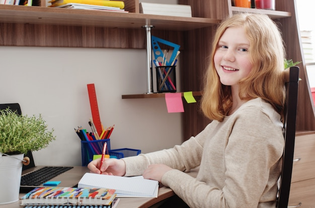 宿題をしている10代の少女