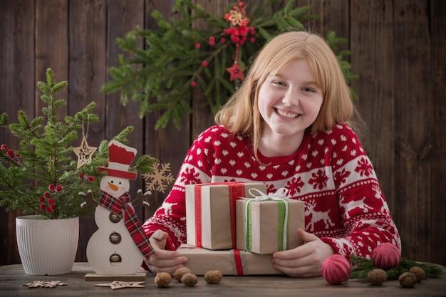 クリスマスプレゼントで幸せな10代の女の子
