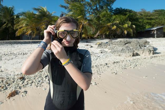 ビーチ、ウティラ、ベイ島、ホンジュラスのスキューバマスクを持つ10代の少女