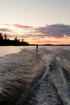 カナダのオンタリオ州、レイク・オブ・ザ・ウッズの湖の10代の女の子水上スキー
