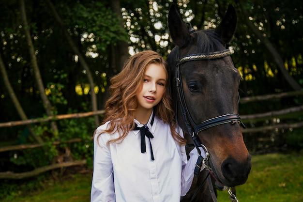 馬と10代の少女