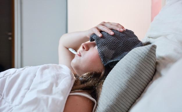 高熱を伴う病気の10代の少女。