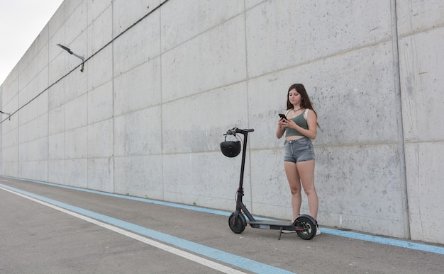 電動スクーターで循環10代の少女