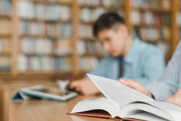 図書館で勉強している認識できない10代の若者