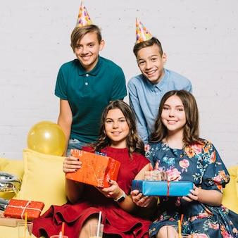 自宅で誕生日パーティーに10代の若者のグループ