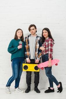スケートボードを持つ10代の若者