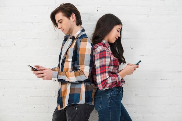 スマートフォンを使用する10代の若者