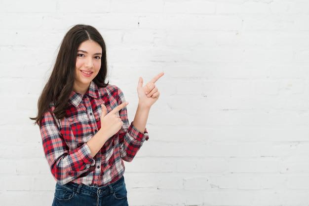 指している10代の女の子