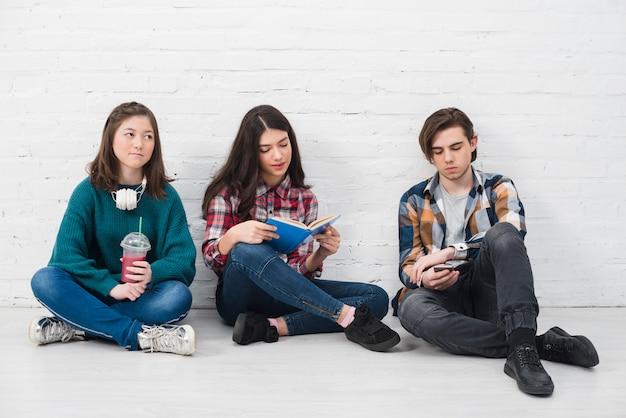 一緒に座っている10代の若者