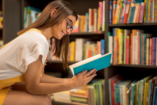 本を楽しんで幸せな10代女子高生