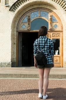 学校に行く10代の少女の背面図