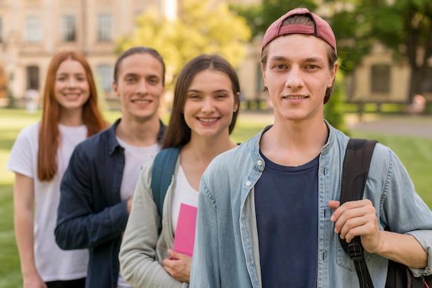 大学に戻って幸せな10代の若者のグループ