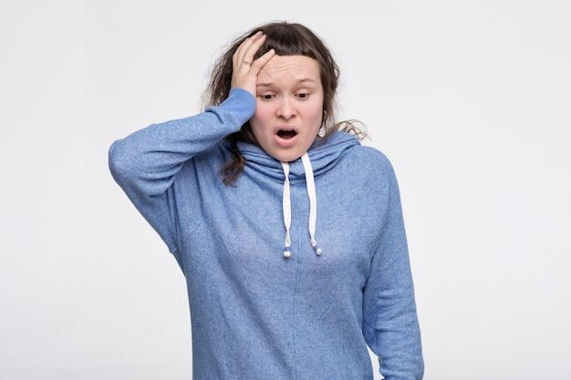 パニックで青い服を着た10代の女性