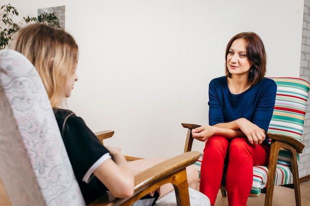 オフィスで10代の少女と働く女性心理学者