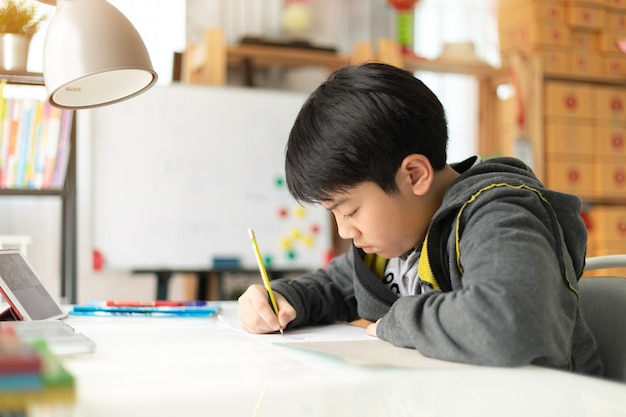 宿題をしている若いアジアの10代の学生