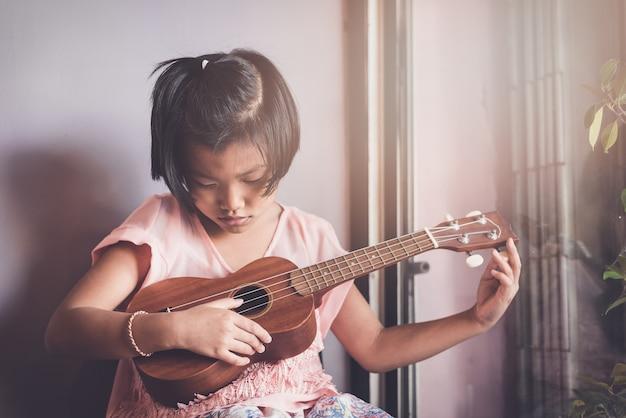 女の子アジア出演10年ウクレレ演奏中音楽で音楽を勉強する