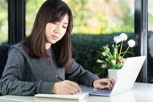 宿題を自宅でラップトップを使用して10代の学生