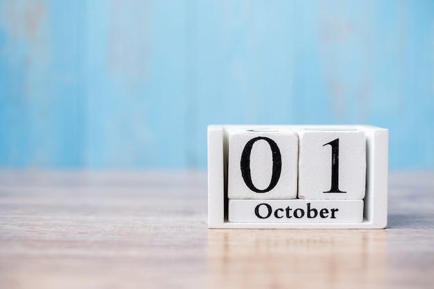 テーブルの上の幸せな10月カレンダー木材
