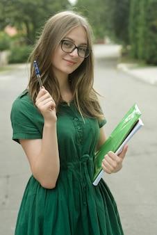 黒い眼鏡の10代の少女