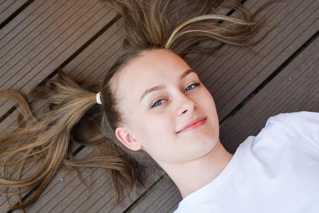 床の上の10代の少女