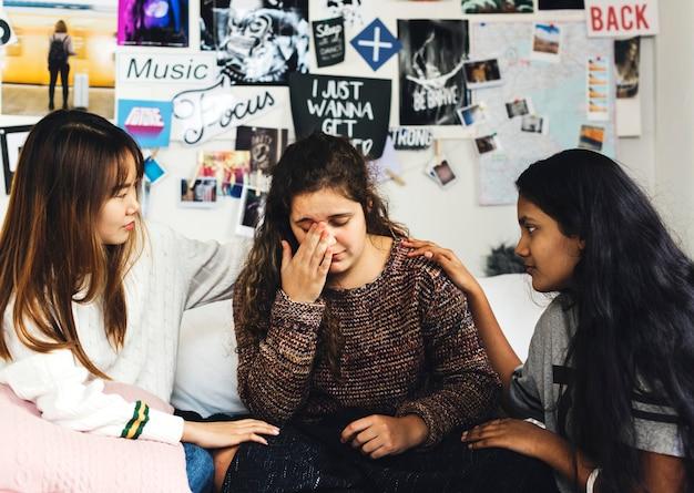 10代の少女たちはうつ病の憂うつな友人を慰める