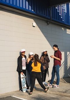 10代の若者たちのグループ屋外でのライフスタイル