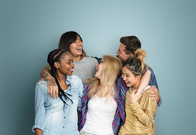 多様性10代のヒップスターの友人の陽気な概念